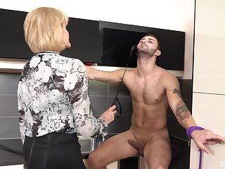 Busty mature Eva is the real master of memorable fuck with a guy