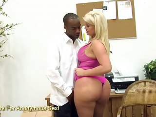 Voluptuous milf Julie Cash degluting and banging a black meat stick